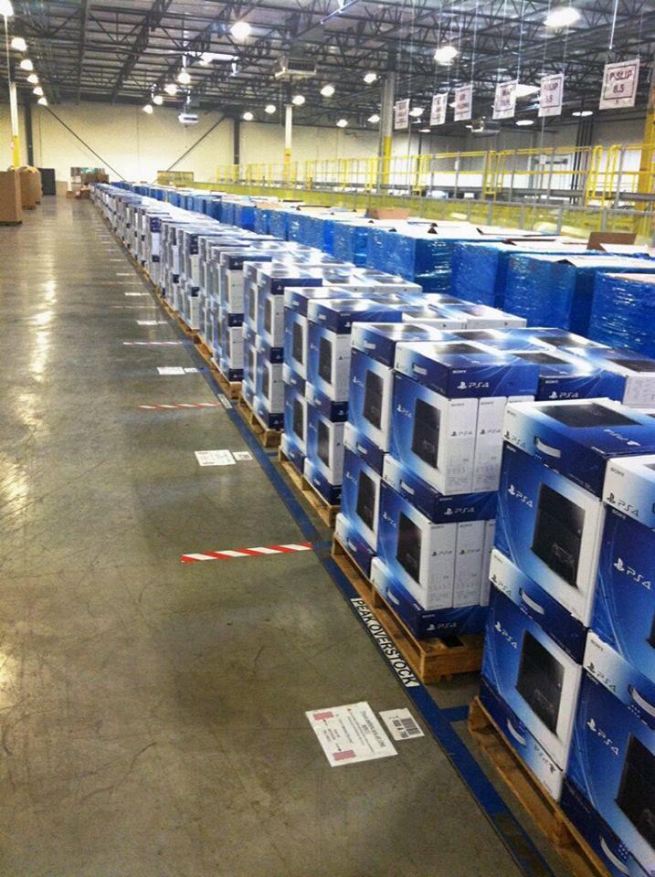 PlayStation 4 Konsolen im Amazon Lagerhaus