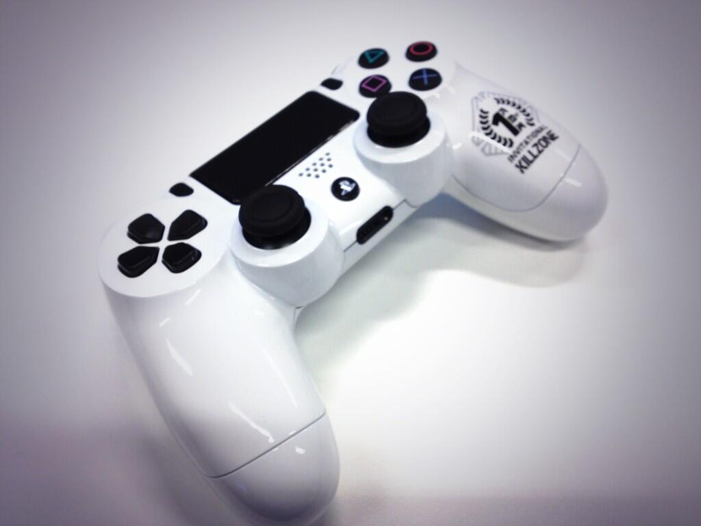 Random Time! Weißer DualShock 4 Controller mit Killzone Logo